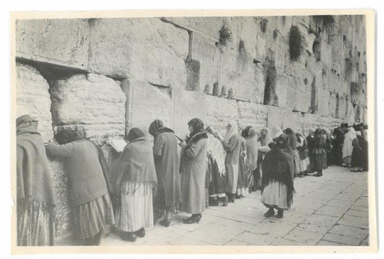 Muslim women praying to Allah - Jerusalem