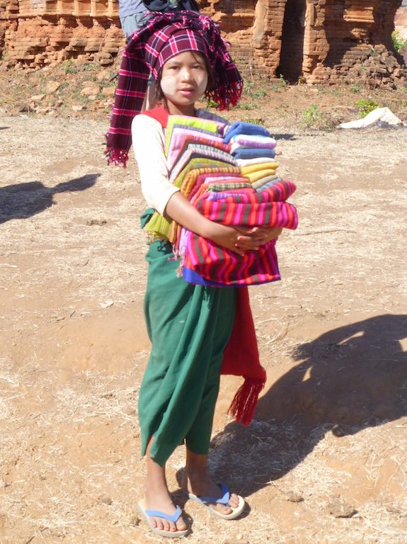 Pa'o girl selling scarves - a very good reason NOT to buy from children, she should have been in school!