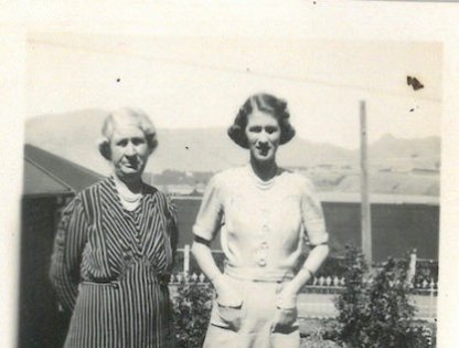 Now compare to this photo of my Great-Grandmother and Mima - the lamp post is in the middle of the  dip and the nipply bit is to the right.